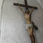 Gedenkwand mit Kreuz